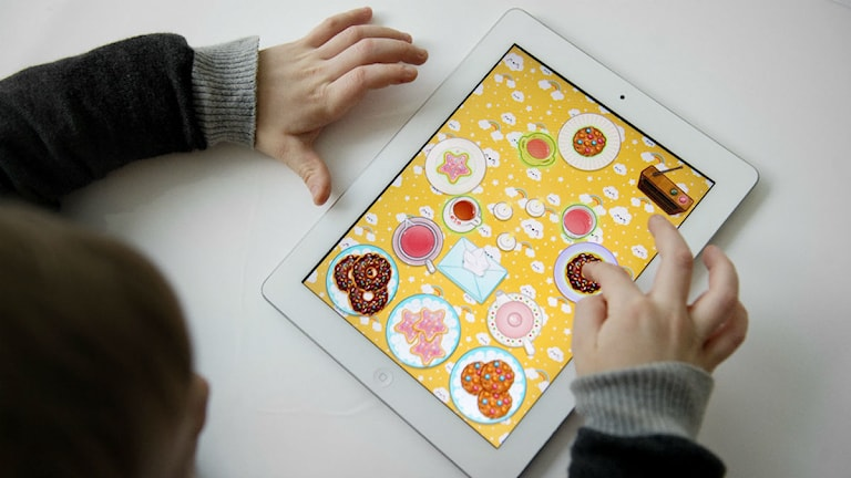 Ett barn spelar på en iPad. Foto: Jessica Gow/Scanpix.