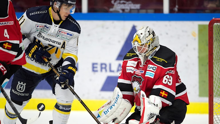 Malmö Redhawks målvakt Oscar Alsenfelt mot Simon Önerud  under torsdagskvällens SHL-match mellan Malmö Redhawks och HV71 i Malmö Arena.