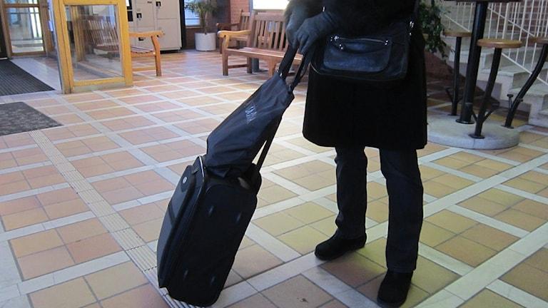 Kvinna med resväska på Resecentrum i Jönköping. Foto: Kjell Ahkvist/Sveriges Radio.