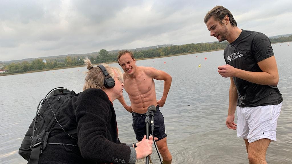 Malte Nordlöf intervjuar Robert Davidsson och Noah Toth vid brygga.
