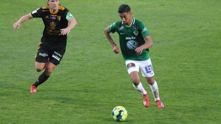 J-Södras Amir Al-Ammari med bollen.