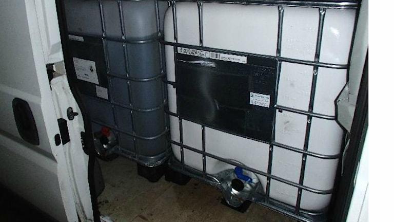 Bild på dunkar med stulen diesel. Foto från polisens förundersökning
