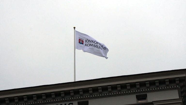 En flagga som det står Jönköpings kommun på. Foto: Ewa Malmsten/Sveriges Radio.