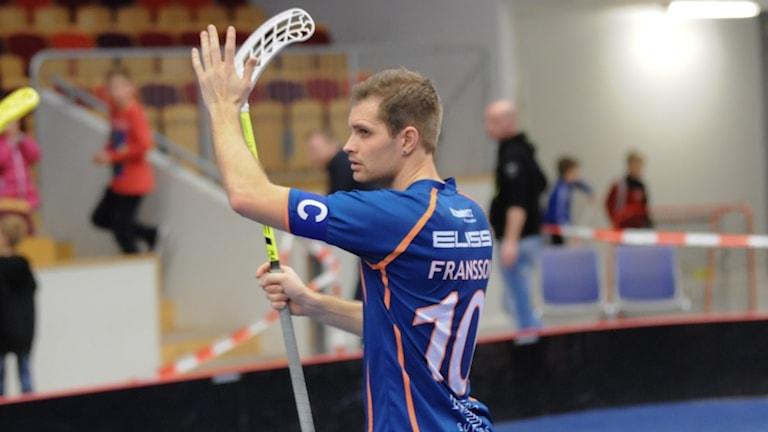 Adam Fransson på innebandyplan med en klubba.