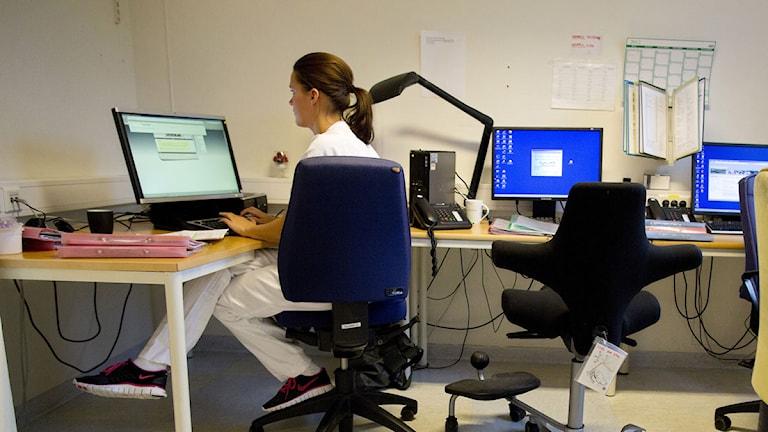 En sjuksköterska sitter vid en dator. Foto: Tore Meek/Scanpix.