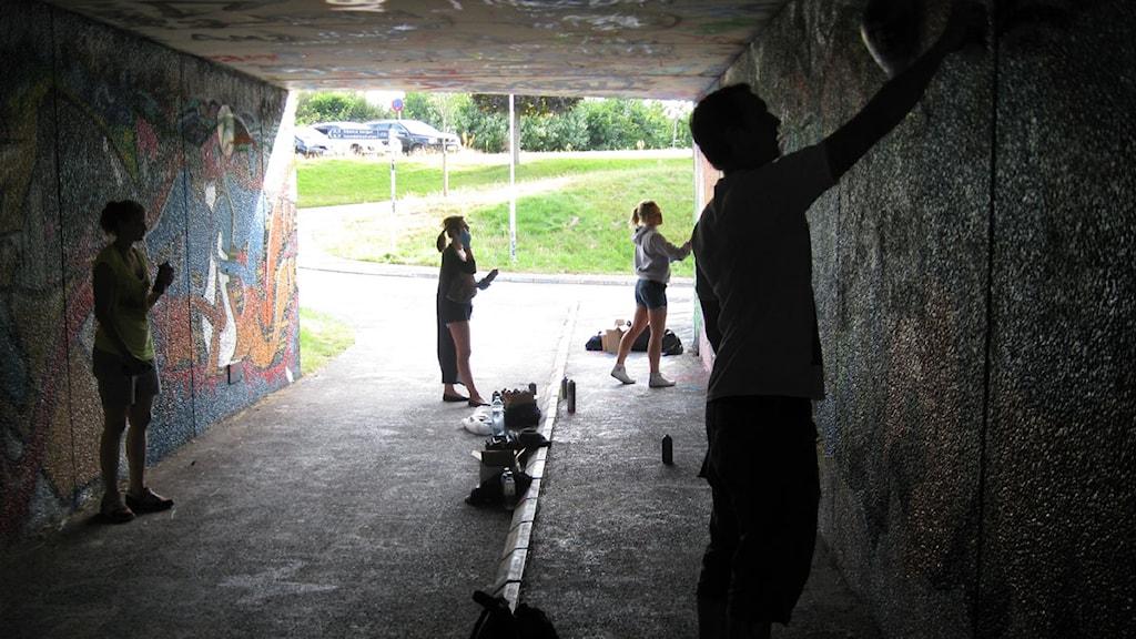 Ungdomar målar graffiti i en tunnel där det är lagligt att måla, i Jönköping. Arkivbild, foto: Joel Jonsson/ Sveriges Radio