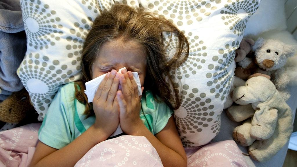 Barn som snyter sig när hon ligger i sängen