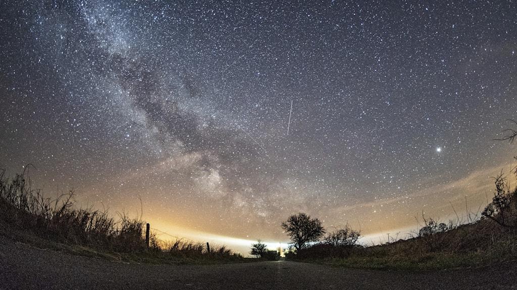 Natthimlen med en meteor