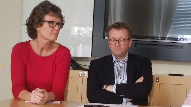 Moderaten Carin Berggren och kristdemokraten Andreas Sturesson sitter vid ett bord.