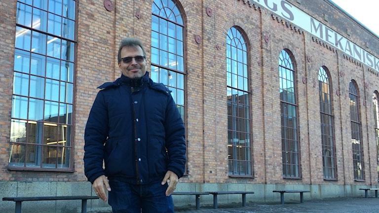 Forskaren Anders Jarfors står framför högskolan i Jönköping.