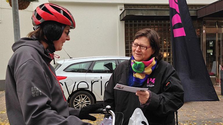 Publikredaktör Karin Malmsten pratar med lyssnare i centrala Värnamo. Foto: Clarence Hansson/Sveriges Radio