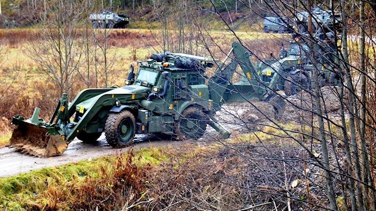 Soldater från Ing 2 genomför markarbete inför byggnation av Krigsbro 4 med hjälp av arbetsmaskinen, High Mobility Engineer Excavator (HMEE). Foto: Maddelena Lago/Ing 2