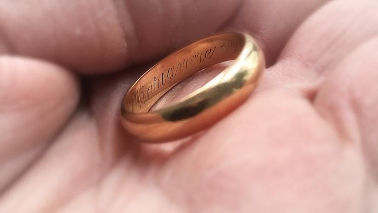 Närbild på en ring i en hand. I ringen står det Marianne.