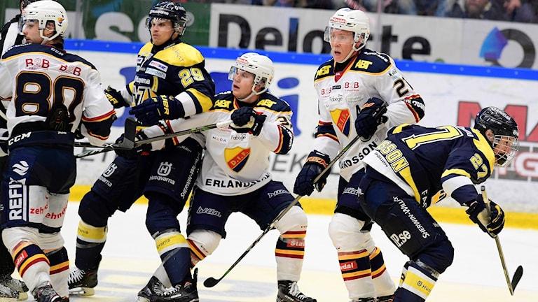HV71s David Ullström mot DIFs Andreas Engqvist under torsdagens ishockeymatch i SHL mellan HV71 och Djurgårdens IF i Kinnarps arena