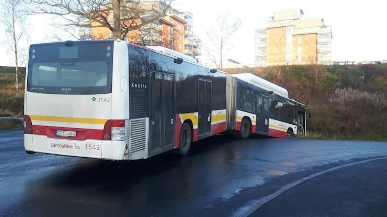 Buss körde av väg.
