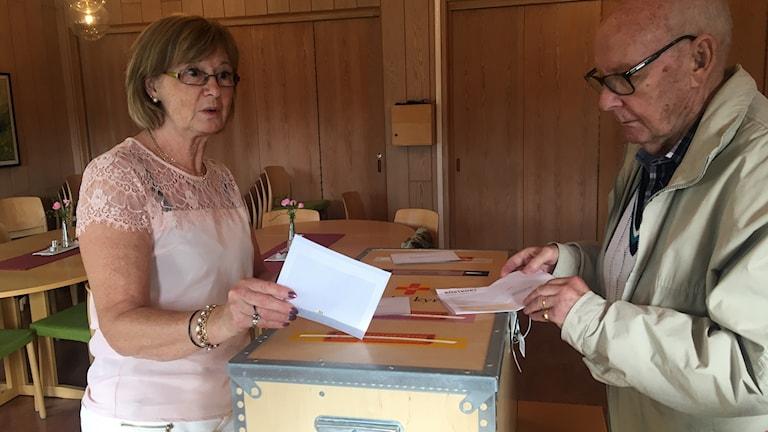 Gunilla Svensson tar emot röstkuvert i församlingshemmet i Vaggeryd. Foto: Oskar Mattisson/Sveriges Radio.