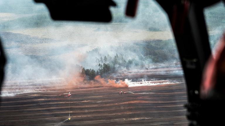 Branden är spridd över ett åtta–nio kvadratkilometer stort område, även om inte hela arean brandhärjats.