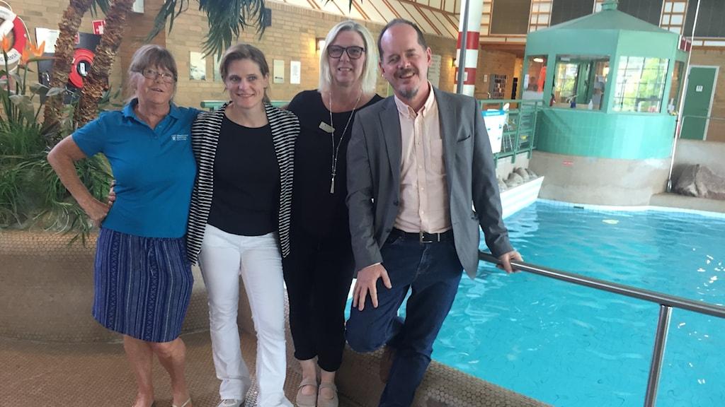 Annika Thorén, Eva Gunnarsson, Camilla Serrander och Martin Sievers står vid en bassäng i ett badhus.