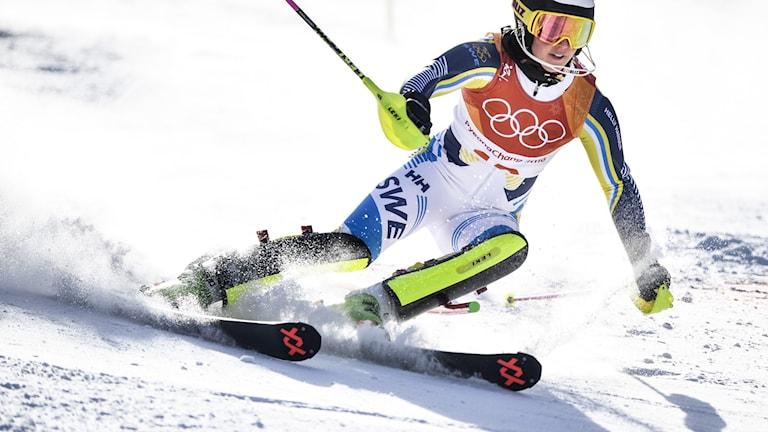 Slalomåkaren Emelie Wikström på väg nerför backen.