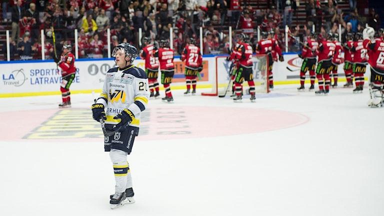HV71:s Lawrence Pilut deppar efter 1-3-förlusten borta mot Malmö. Dessutom växte det regerande mästarlagets skadelista efter att lagkaptenen David Ullström tvingats avbryta matchen.