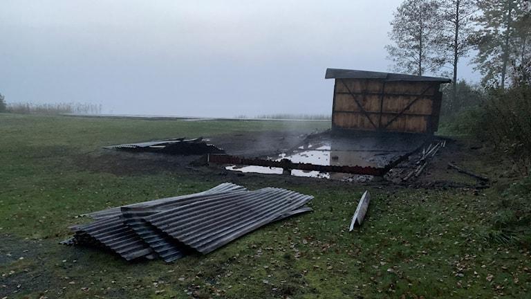 Det nedbrunna omklädningsrummet utanför Älmeshultasjön.
