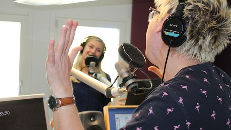 Malte Nordlöf och Therese Edin pratar i mikrofoner i en radiostudio.