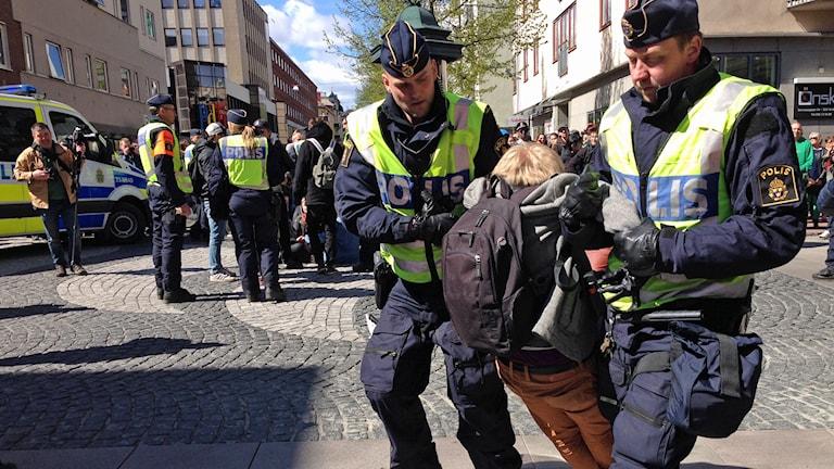 Motdemonstrant bärs bort. Foto: Karin Malmsten/Sveriges Radio