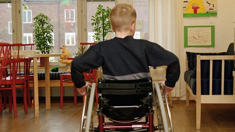 Barn i rullstol.