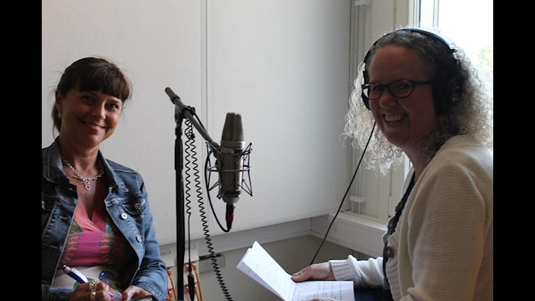 Emma Carlsson Löfdahl från Eksjö är Folkpartiets förstanamn i länet. Här intervjuas hon i en studio av Maria Rymell. Foto: Kjell Ahlkvist/Sveriges Radio