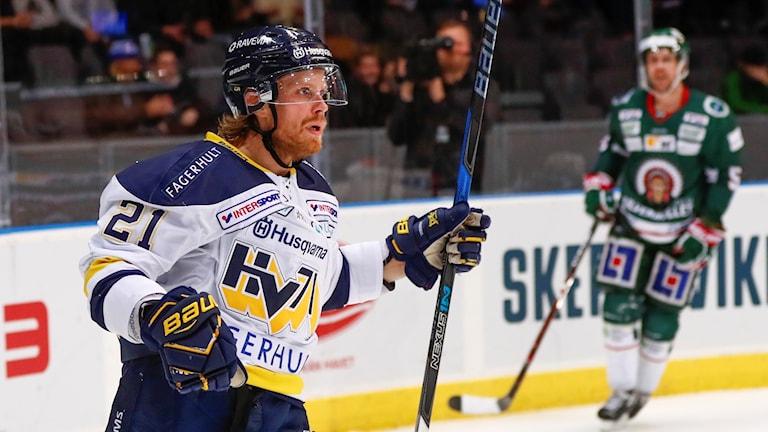 Mattias Tedenby jublar efter sitt ledningsmål som gav HV71 ett segergrepp i bortamatchen mot Frölunda.