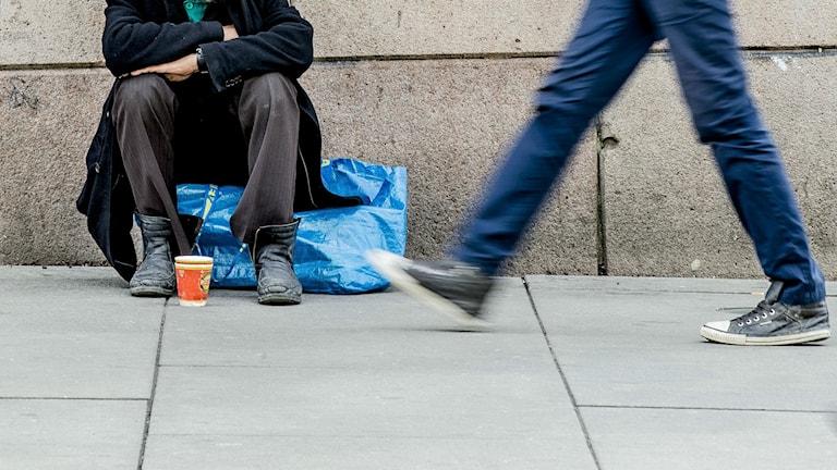 En tiggare som sitter på gatan.