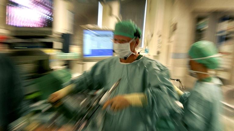 Läkare under operation.