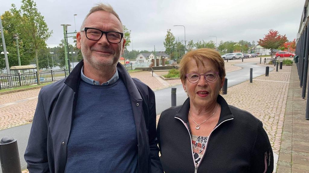 Jan Toremark och Kerstin Svensson står vid en gata i Mullsjö.