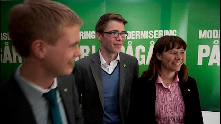 Anders Wallner flankerad av partiledarna Gustav Fridolin och Åsa Romson. Pressbild