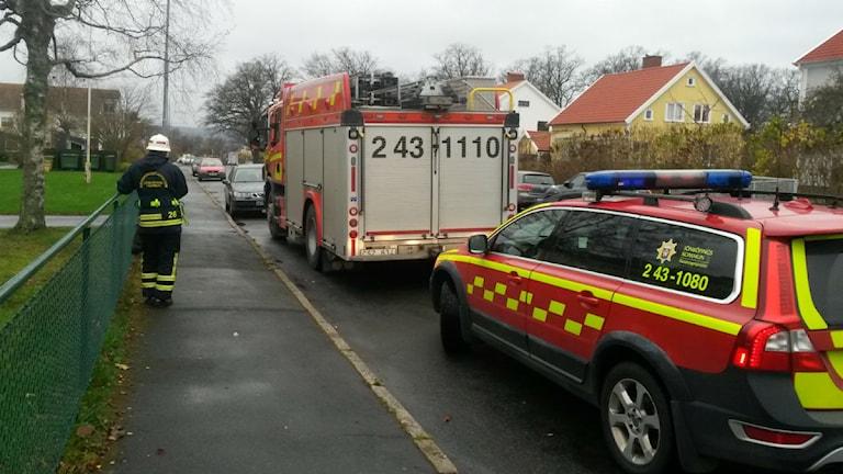 Ett stort pådrag kallades till Rosenlund efter brandlarmet. Foto: Simon Björling/Sveriges Radio