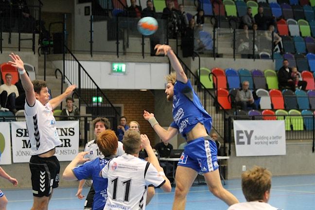 IF Hallbys Tobias Stridh skjuter in ett av sina mål. Foto:Patrik Bromander Sveriges Radio