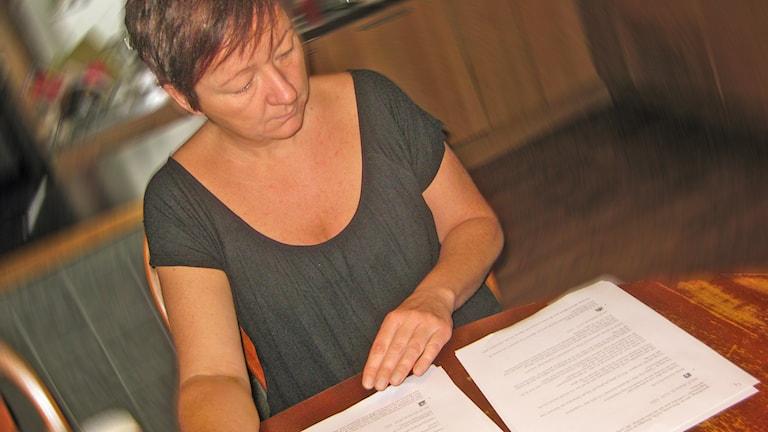 Diana Cederholm, regionordförande för MP i Jönköpings län, bläddrar i dokumentation hon fått av P4 Jönköping. Foto: Peter Jernberg/Sveriges Radio