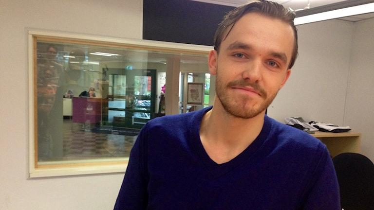 Gustav Karlsson på plats i studion. Foto: Kajsa Hallberg/SR