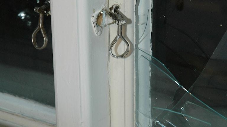 Uppbrutet fönster från en av polisens utredningar senaste året. Foto: Polisen