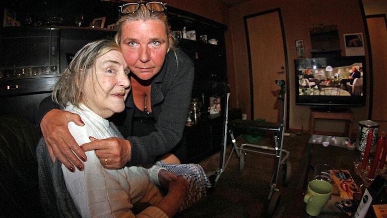 Alice Åström med mamman Hanne. Foto: Paul Zyra/Sveriges Radio