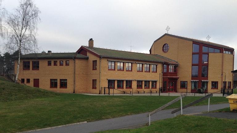 Taket på församlingsgården vid S:t Johannes kyrka är planerat för solpaneler. Foto: Karin Malmsten/Sveriges Radio.
