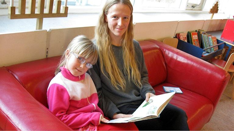 Sjuåriga Ronja Johansson-Magnusson med mamma Linda på Stadsbiblioteket i Jönköping. Foto: Paul Zyra/Sveriges Radio.