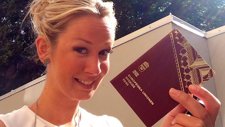 Ellen Andersson håller i sitt pass. Foto: Privat