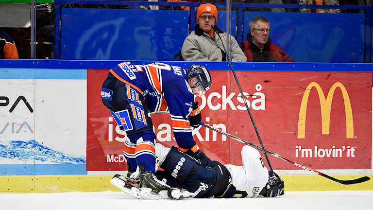 HV71:s Ted Brithén tacklas mot Växjö. Foto: Mikael Fritzon/TT