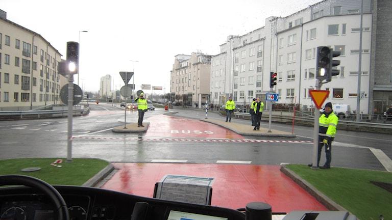Bussen på väg att klippa bandet i Museirondellen. Foto: Oskar Mattisson/Sveriges Radio.