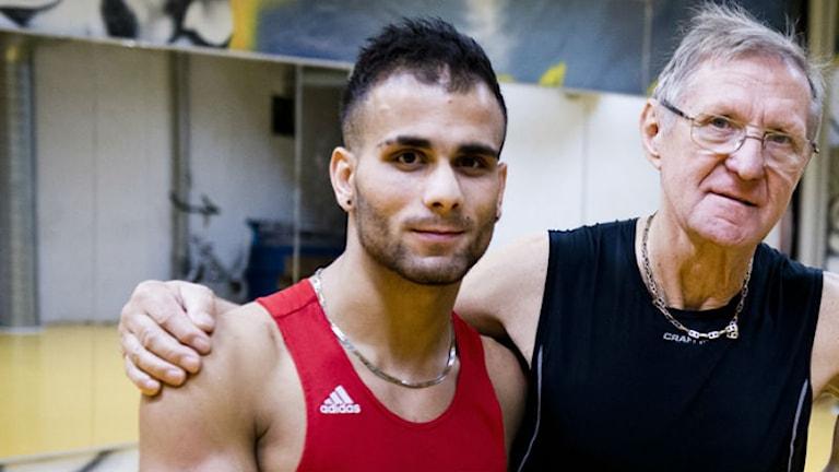 Boxartalangen Milad Mazdak tillsammans med sin tränare Henryk Szymkowiak. Foto: Elyas Asefi.