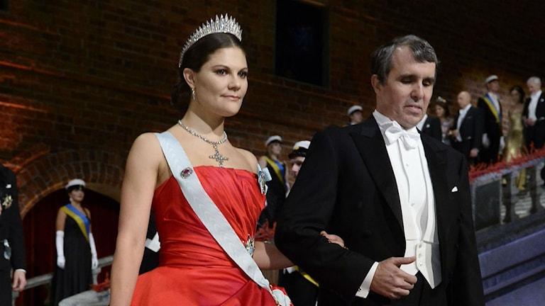 Kronprinsessan Victoria i sin röda klänning.