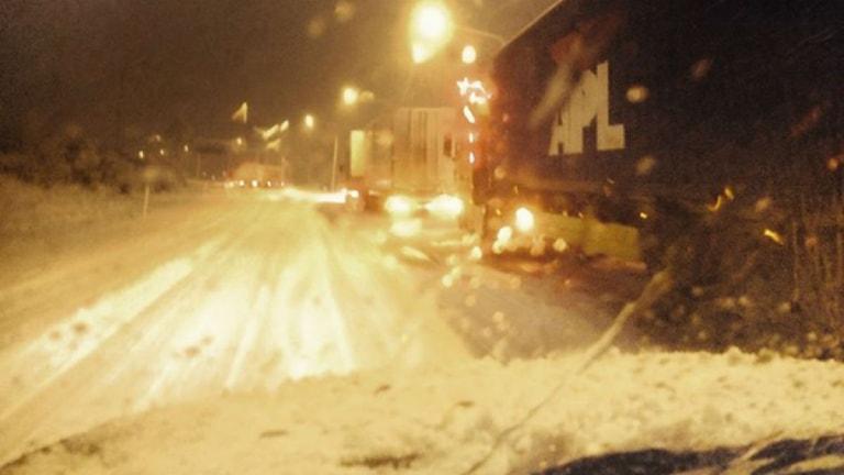 Lastbilar fick stopp när den tunga snön föll.