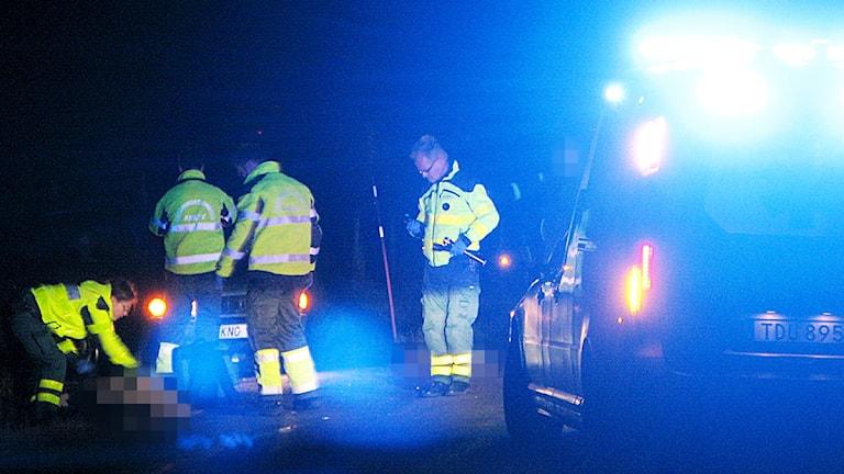 Ambulandspersonal tar hand om den påkörda kvinnan. Foto: Tobias Marbenius.