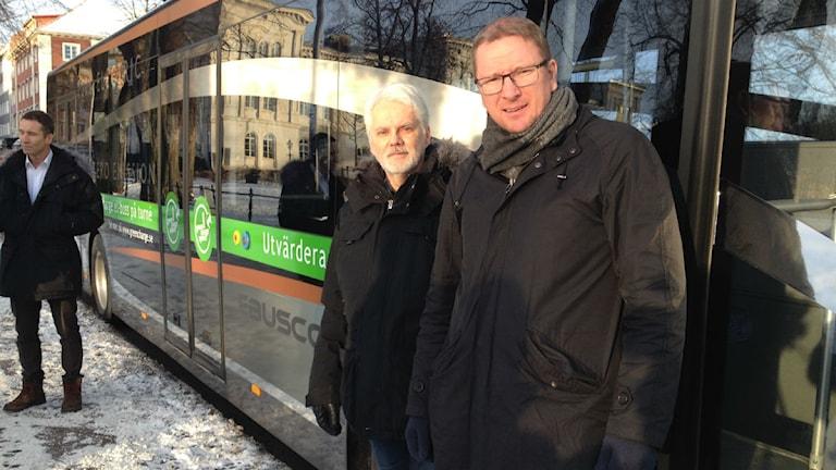 Tomas Adelöf, trafik utvecklare på Jönköpings länstrafik och Jonas Lööf, projektledare på Green Charge. Foto: Susanna Hermansson/ Sveriges R